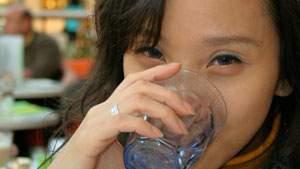 Banyak minum air putih dapat mengatasi bau mulut saat puasa, air mineral