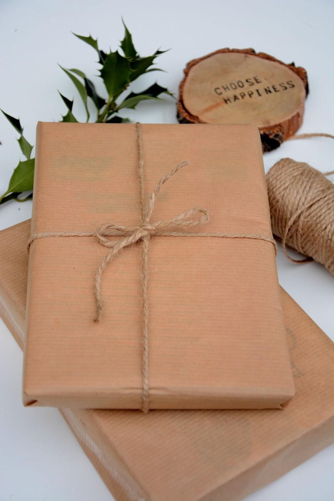 pakowanie prezentów w szary papier, podkładki fandoo, sznurek jutowy