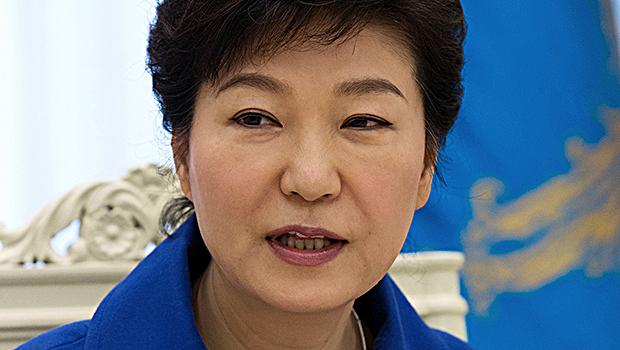 Procuradores da Coreia do Sul prenderam um ex-assessor da presidente Park Geun-hye, informou a procuradoria nesta quinta-feira (3), a segunda pessoa a ser detida em consequência de um escândalo de tráfico de influência que atingiu o governo do país