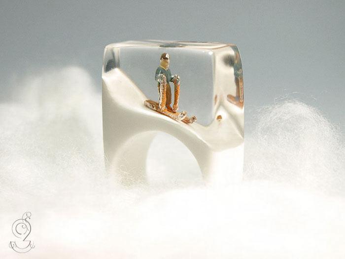Mundos en miniatura dentro de joyerías de Isabell Kiefhaber