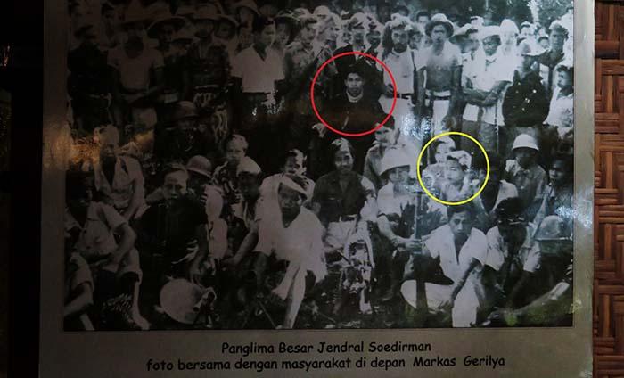 Foto Jenderal Sudirman dengan Masyarakat di Depan Markas Gerilya