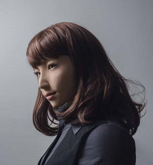 Retrato de una mujer androide vestida de mujer de negocios