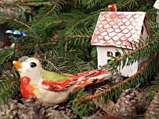 Domki ceramiczne i ptaszki na klombie