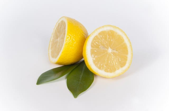 Vitamin C pada lemon bisa mengubah bibir hitam menjadi lebih merona dengan cepat tanpa efek samping