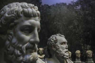 Στριμωγμένος Αδριανός: Μια λιτή έκθεση για τον Ρωμαίο ευεργέτη της Αθήνας