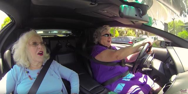 2人のおばあちゃんがリバティーウォーク仕様のランボルギーニに乗ってショッピングへ!