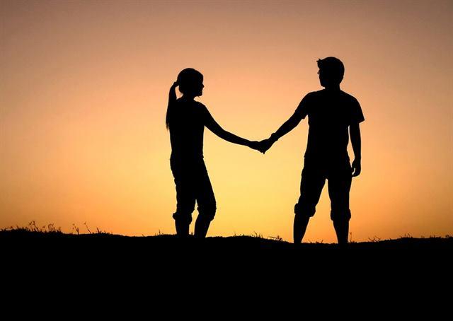 انه دائما يحاول أن يكون فى الجوار - لغة الجسد - علامات الحب عند الرجل