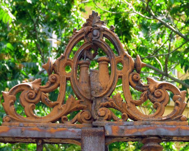 Lo stemma di Livorno sul cancello d'ingresso della scuola elementare Micheli, Livorno