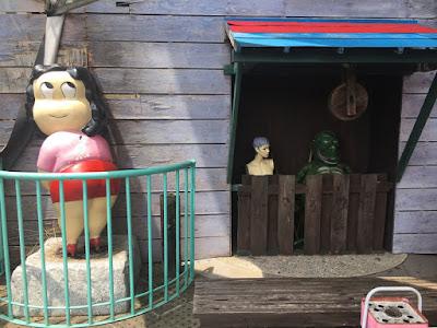 怪しい少年少女博物館 入場口前の謎オブジェ