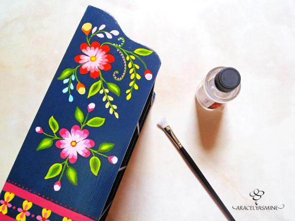 flores ayacuchanas pintadas sobre comoda trupan