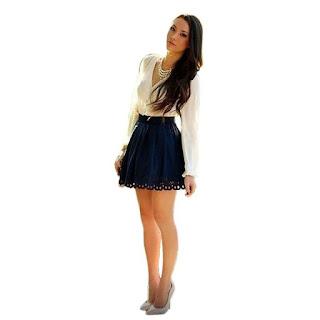 Vestido corto compuesto por blusa con escote V y falda con pliegues verticales