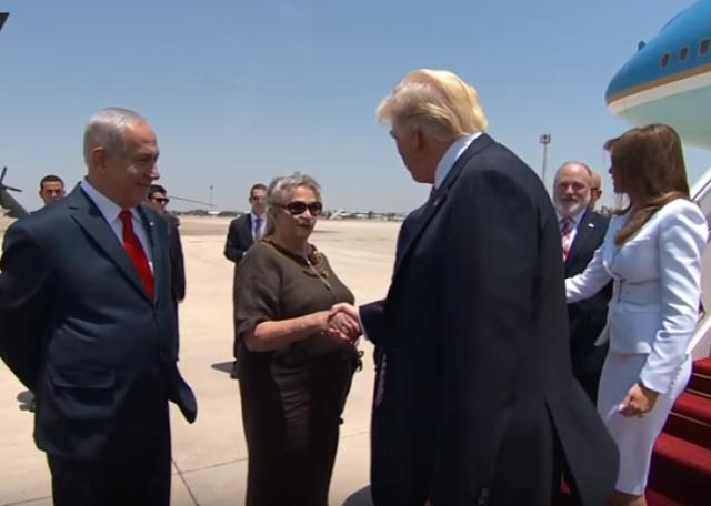 فيديو| موقف محرج لنتنياهو لحظة استقبال ترامب هذا ما حصل له برفقة زوجته