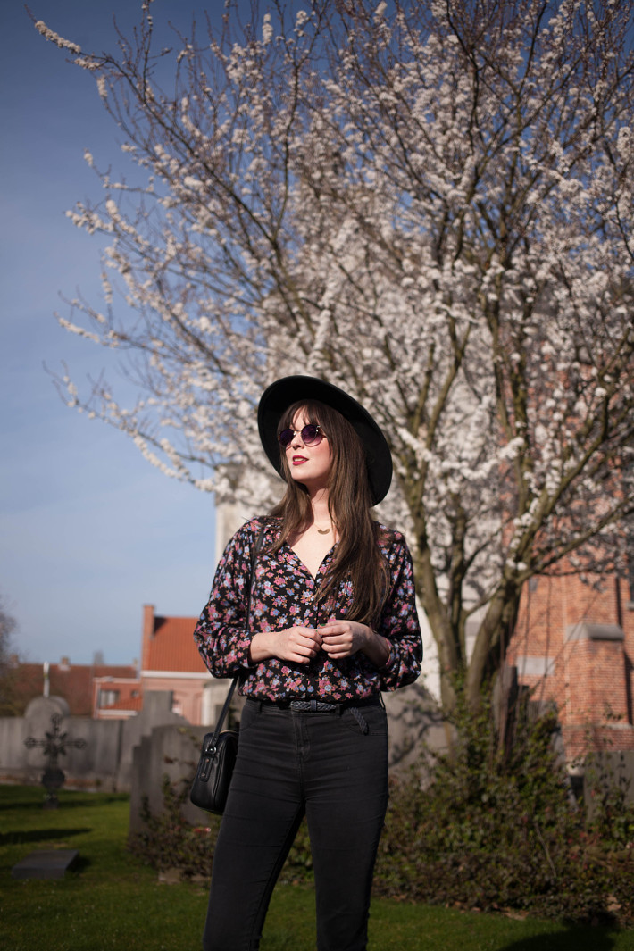 wide brim hat, floral blouse, high waisted skinnies