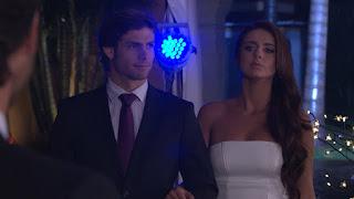 Aldonza (Michelle Renaud) asiste acompañada de Renato (Horacio Pancheri), quien intenta conquistarla