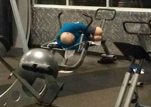 Hombre que descansa entre series de pesas