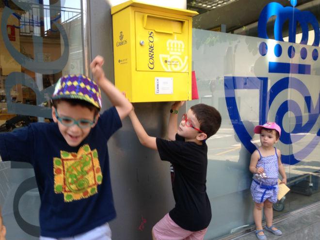 Practicar lectoescritura por correo, mediante el intercambio de cartas con amigos