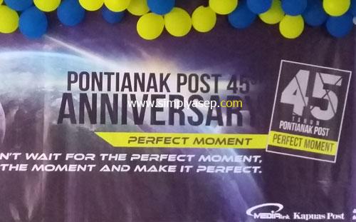 ULTAH : spanduk ulang tahun 34 pos yang besar dengan beberapa catatan lainnya ada di halaman ini. Asep Haryono