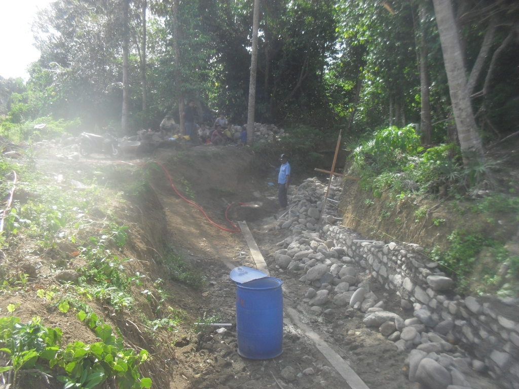 Keuchik Gampong Cot Baroh, Kec. Glumpang Tiga Kab.Pidie, Sedang Meninjau Pembangunan Gampong (Foto KabarGampong)
