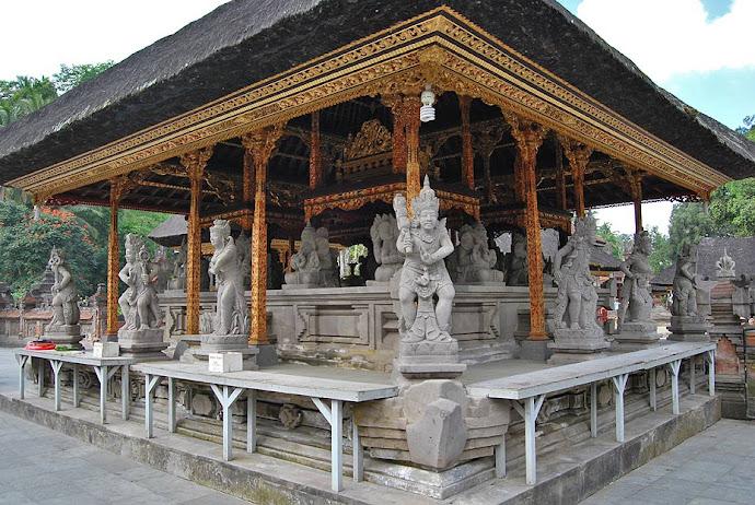 Estatuas en un templo