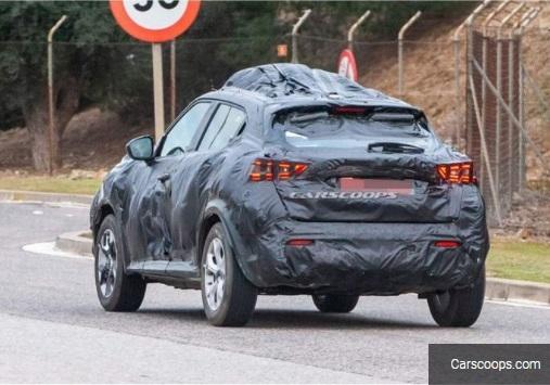 Nissan Juke baru sedang diuji jalan dan ditutup kamuflase Carscoops.com