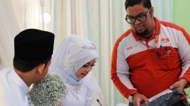 Tamu Tak Diundang Hadir Di Pelaminan Malah Pengantin Menandatangani Surat
