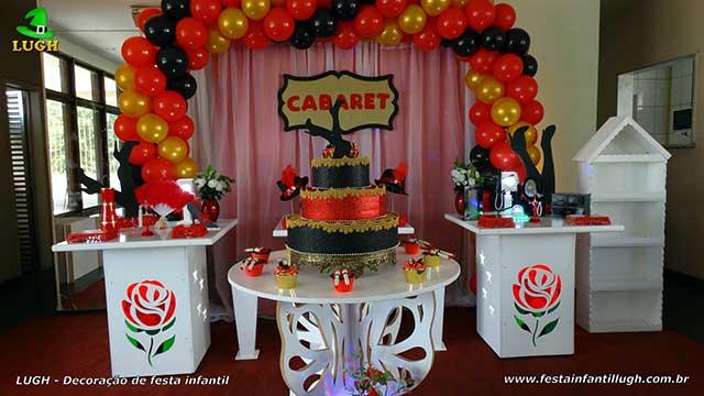 Decoração de festa Cabaret ou Cabaré para a mesa do bolo de aniversário