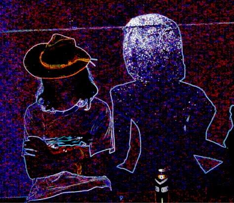 Hosszú hajú, fáradt férfi alszik kalapban egy éjszakai szórakozóhelyen, társasága tükröződő, falra festett női alak, előtte Borsodi sör doboza.
