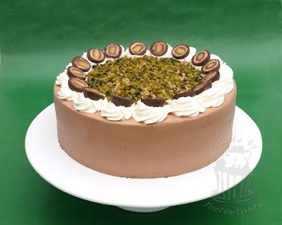 Mozartkugeln auf Mozart Torte mit Schokolade