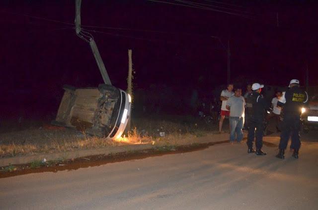 Veículo capota e colide em poste deixando parte da cidade de Jaru sem energia