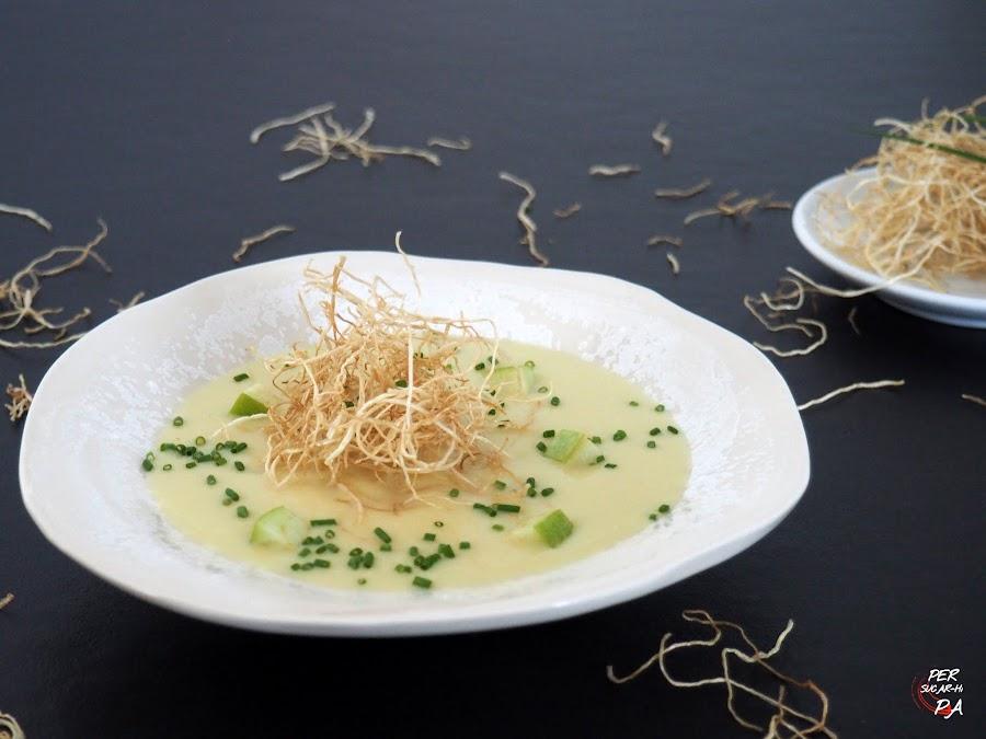Vichyssoise con manzanas reineta y granny smith, decorada con las raíces del puerro fritas.