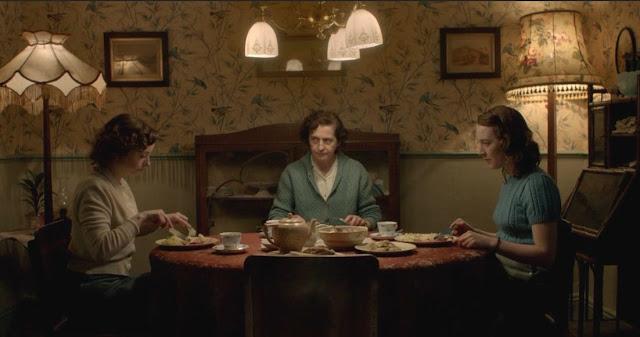Eilis (kanan) makan malam bersama keluarganya