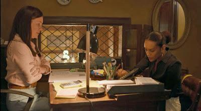 Thelma (Adriana Esteves) não gosta da visita de Vitória (Taís Araujo) em 'Amor de Mãe' — Foto: Globo