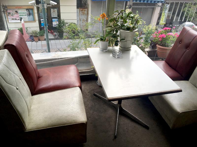 映画『少女邂逅』ロケ地にもなった群馬県高崎市の純喫茶コンパルの劇中でモトーラ世理奈さんが座っていた席