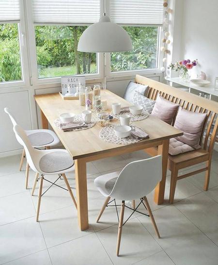 mesa em madeira com cadeiras eames e banco rústico em madeira