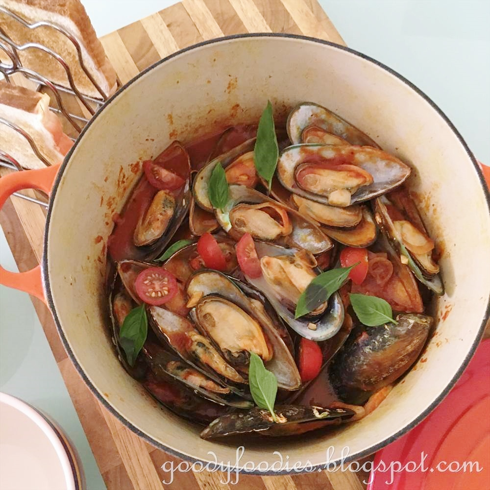 GoodyFoodies: Recipe: Steamed Mussels in Spicy Tomato Sauce and Basil