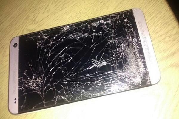 Mặt kính điện thoại HTC One bị vỡ