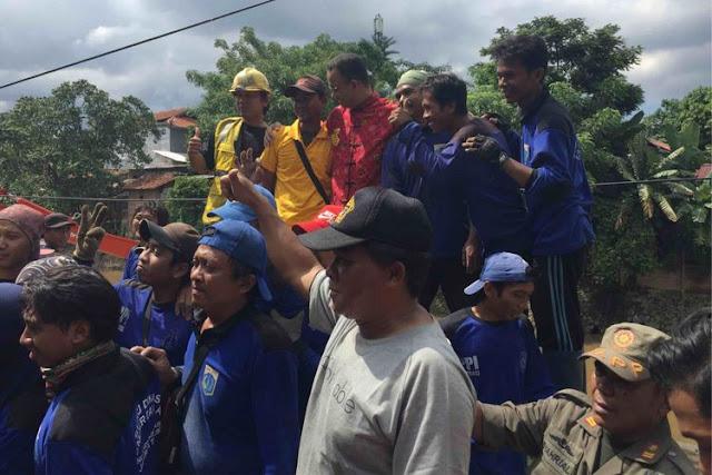 Aksi Gubernur DKI Jakarta Anies Baswedan saat memanjat dinding pembatas antara jalan dan sungai di Kampung Berlan, Jakarta Timur.