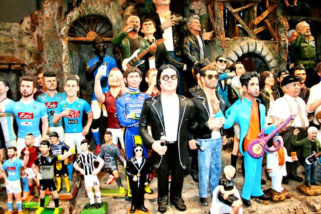 statue, cantanti, calciatori, Renato Zero, spaccanapoli, Napoli, esposizioni