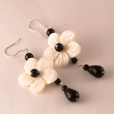 https://pinkbijou.com/products/pendientes-flor-nacar