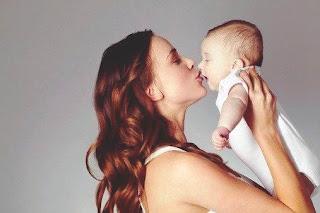 Ciuman ibu di bibir bayi