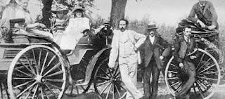 Biografi Karl Friedrich Benz - Penemu Mobil Dengan Bahan Bakar Bensin (gazoline)   Karl Friedrich Benz adalah sarjana dari Jerman yang dikenal sebagai penemu dari mobil dengan bahan bakar bensin (gazoline). Walaupun pada saat yang bersamaan Gottlieb Daimler yang berpasangan dengan Wilhelm Maybach juga bekerja meneliti mesin dengan bahan bakar bensin juga, Benz terlebih dahulu menyelesaikan penemuan itu dan mempatenkan penemuan tersebut.   Penemuan yang dipatenkan pertama kali adalah mesin dua langkah, selanjutnya berturut-turut dia juga mempatenkan system pengapian, busi, karburator, clutch, gigi transmisi dan radiator air. Kesuksesan perusahaannya memberikan kesempatan kepada Benz untuk mulai mewujudkan mimpinya, yaitu kereta tanpa kuda. Saat Motorwagen di buat dan di uji, banyak orang yang tertawa mengejek karena mobil pertama tersebut sering menabrak tembok karena sangat sulit untuk dikendalikan.                                          Tahun 1885, Karl Benz membangun Motorwagen, mobil pertama yang dijual secara komersil. Mobil tersebut adalah mobil dengan mesin empat langkah dengan bahan bakar bensin hasil rancangannya. Benz juga merupakan penemu dari komponen mobil seperti pengapian mobil, busi, sistem transmisi mobil, radiator air dan karburator.   Karl Benz lahir dengan nama Karl Friedrich Michael Vaillant, di Karlsruhe Jerman. Saat Benz berusia 2 tahun, ayahnya (Johann George Benz) meninggal karena kecelakaan
