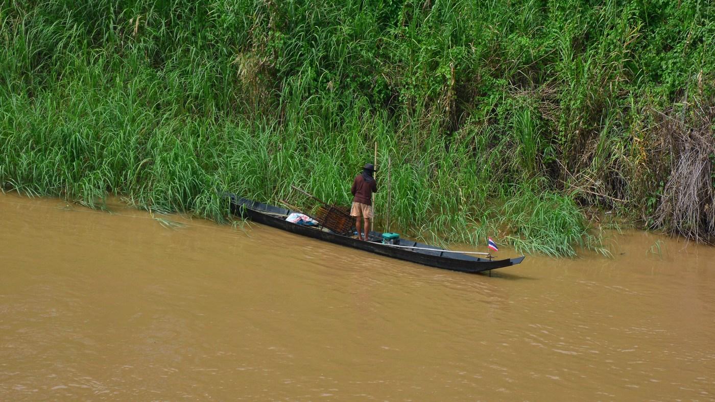 Un pêcheur sur les rives du Mékong.