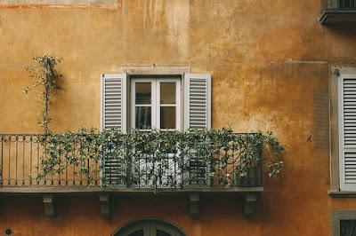 Façade d'une maison avec balcon.