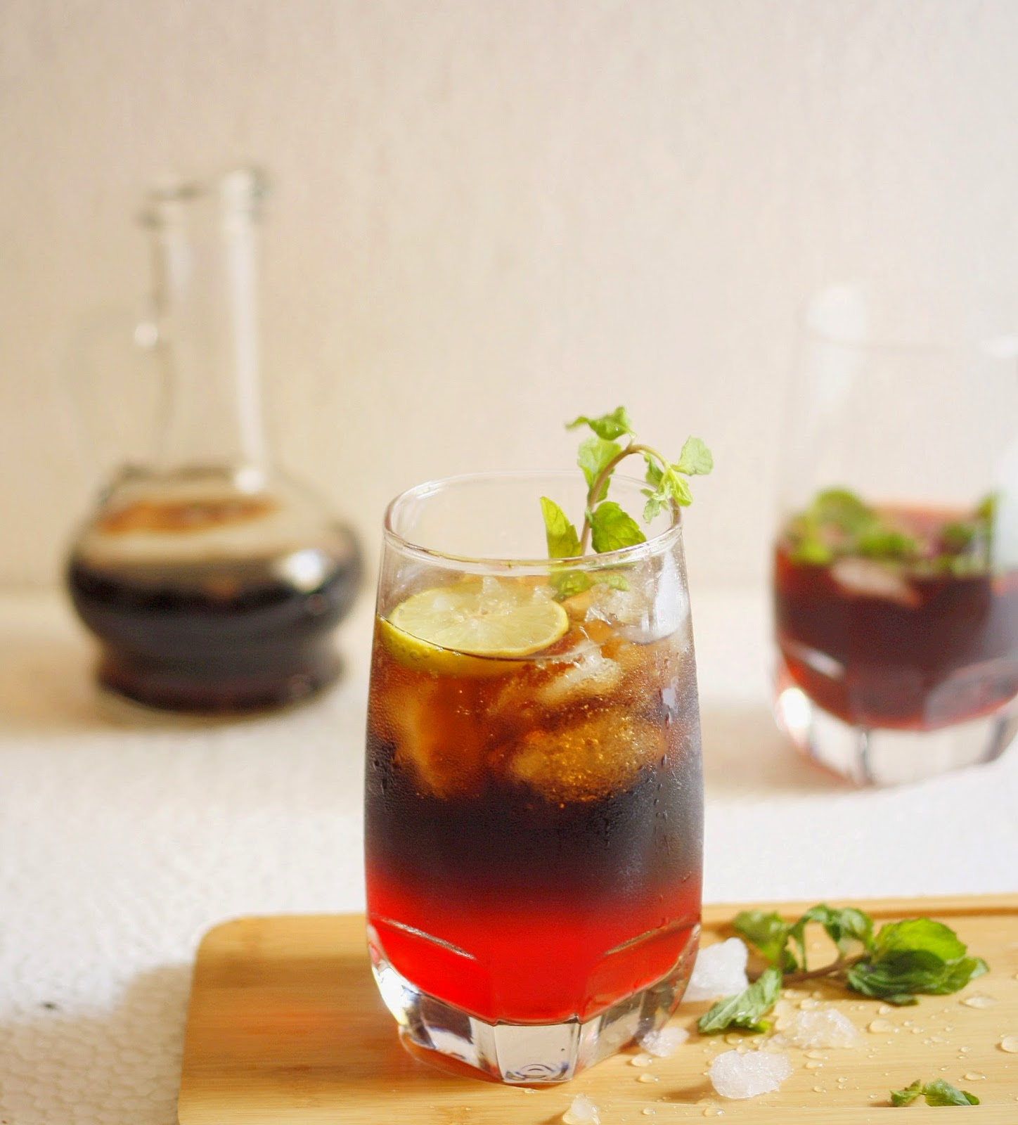 Coke,grenadine and ginger ale come together in the form of a delicious moktail. Add rum or ginger beer for a cocktail version