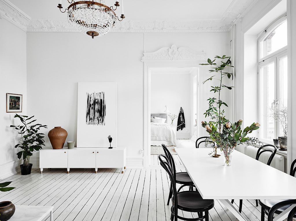 home decor, nordic living, interior design, thonet hair, black and white, sofa, coffe table, gold mirror., dining room
