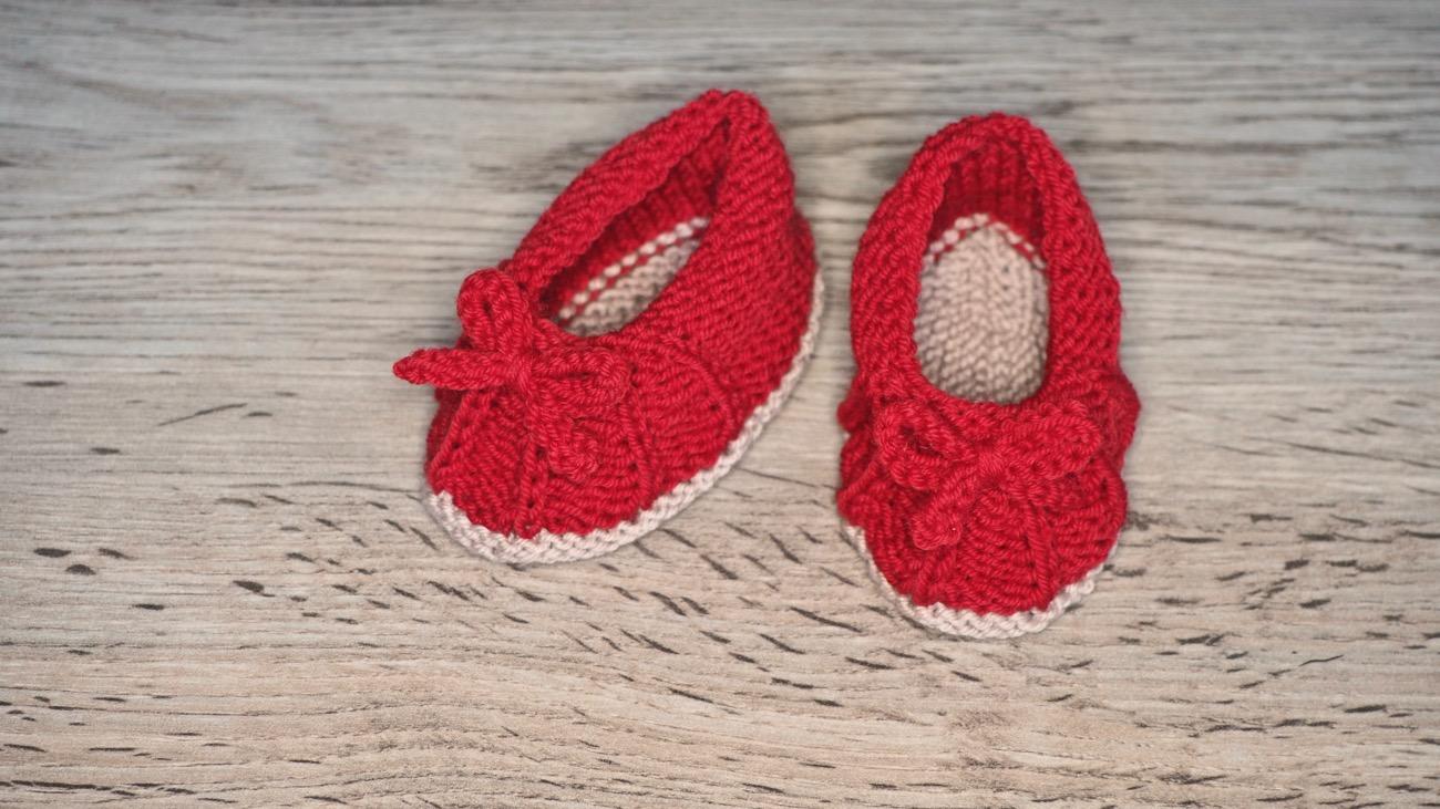 Rote gestrickte Babyschuhe