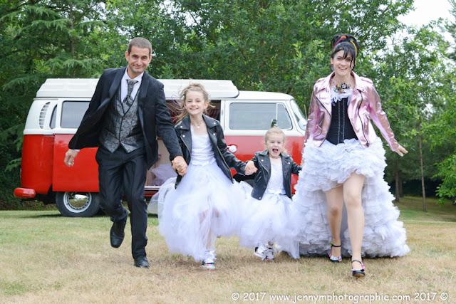 photos de couple en famille, portraits mariés avec combi volkswagen rouge