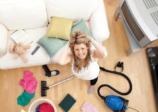 женщина делает уборку в доме