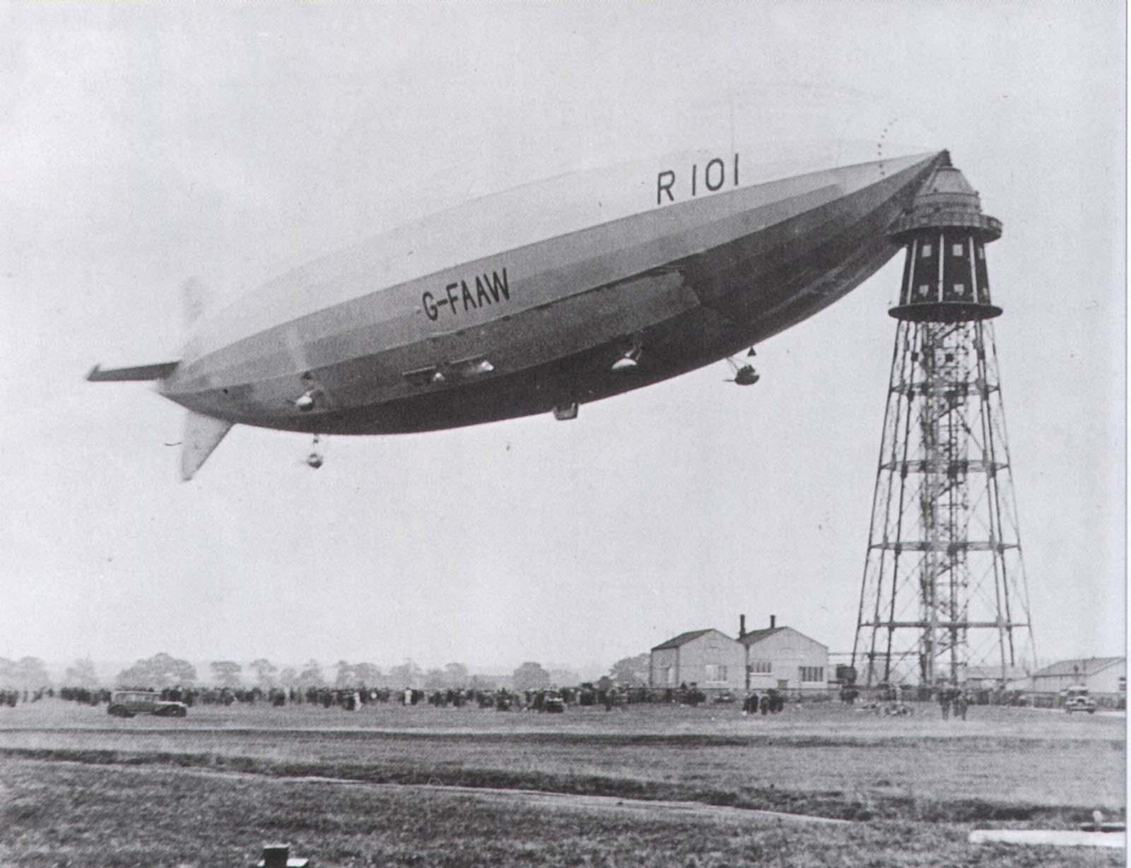 El R-101 amarrado aquí era la nave más grande del mundo (hasta el Hindenburg) y se estrelló en su viaje inaugural, matando a 48 de los 54 a bordo. El accidente efectivamente terminó el naciente programa de aeronave británica.
