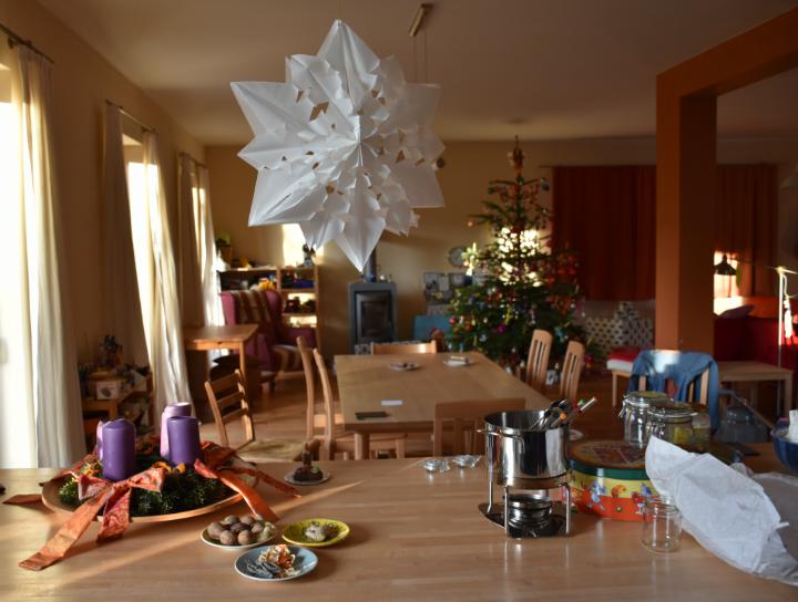 Faltstern und Christbaum im Wohnzimmer